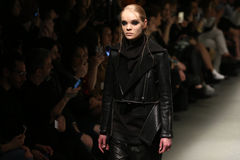 Murat Aytulum Catwalk στην εβδομάδα Ιστανμπούλ μόδας της Mercedes-Benz στοκ εικόνες