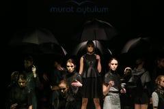 Murat Aytulum Catwalk στην εβδομάδα Ιστανμπούλ μόδας της Mercedes-Benz στοκ φωτογραφία