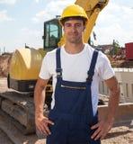 Muratore amichevole davanti al suo escavatore Immagine Stock Libera da Diritti