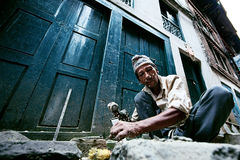 Muratore in Bhaktapur fotografia stock libera da diritti