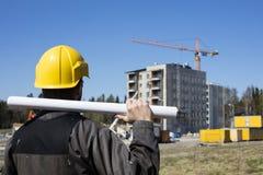 Muratore in camici sporchi e un casco giallo in Finlandia Fotografie Stock Libere da Diritti