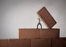 Muratore che alza un mattone Fotografie Stock Libere da Diritti