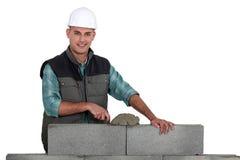 Muratore che costruisce parete Fotografia Stock Libera da Diritti