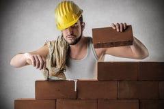 Muratore che costruisce una parete Fotografia Stock