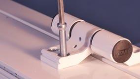 Muratore che installa finestra sulla fabbricazione Pannelli di vetro di montaggio del lavoratore manuale per le finestre del PVC fotografie stock
