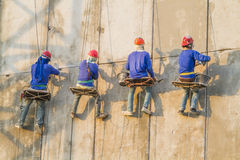 Muratore che lavora all'alta costruzione Immagini Stock Libere da Diritti