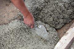 Muratore che prepara cemento fotografie stock libere da diritti