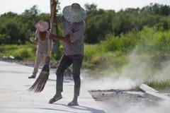 Muratore che riempie di malta sabbia asciutta Fotografia Stock