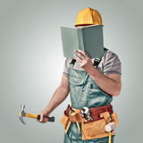 Muratore, costruttore con una cinghia dello strumento e libro Immagini Stock