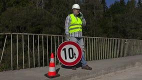Muratore della strada con il segnale stradale di limite archivi video