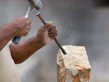 Muratore di pietra che modella blocco di pietra Fotografie Stock Libere da Diritti