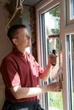 Muratore Installing New Windows in Camera Immagini Stock Libere da Diritti