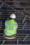 Muratore sul lavoro nel pozzo della costruzione Immagini Stock