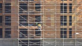 Muratori che installano le pareti del compensato su una nuova costruzione archivi video