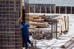 Muratori che lavorano alle strutture della cassaforma del cemento fotografia stock libera da diritti