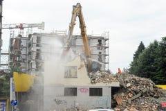 Muratori durante la demolizione di una casa con una gru Immagini Stock Libere da Diritti