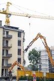 Muratori durante la demolizione di una casa con una gru Fotografia Stock Libera da Diritti