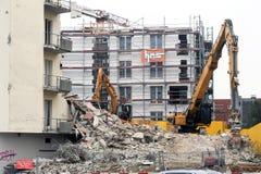 Muratori durante la demolizione di una casa con una gru Fotografie Stock Libere da Diritti