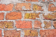 Muratura con i mattoni e le cuciture ruvide incrinate del cemento Immagini Stock Libere da Diritti