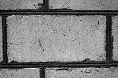 Muratura con una cucitura non uniforme del cemento sui precedenti Fotografie Stock