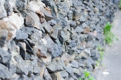Muratura di pietra ruvida grigia su struttura della facciata fotografia stock libera da diritti