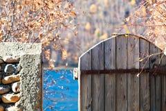 Muratura e portoni in autunno Immagini Stock