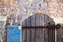 Muratura e portoni in autunno Fotografie Stock
