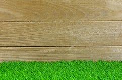 Murawa i Stary drewno dla tła i szelfowego pokazu Zdjęcie Stock