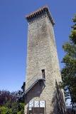 Murazzano (Cuneo): det medeltida tornet moder två för färgdotterbild royaltyfria foton