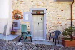 Murazzano (Cuneo): stary domowy plenerowy koloru córek wizerunku matka dwa Fotografia Stock