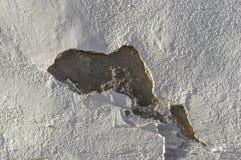 Murbruk- och målarfärgträsko, strukturell skada, vattenskada eller tjälskada till den ljusa byggande väggen i sidoljuset royaltyfri fotografi