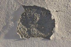 Murbruk- och målarfärgträsko, strukturell skada, vattenskada eller tjälskada till den ljusa byggande väggen i sidoljuset arkivfoto