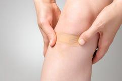 Murbruk på det kvinnliga benet Royaltyfri Bild