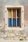 Murbrukväggen och fönstret, övergett hus Arkivfoton