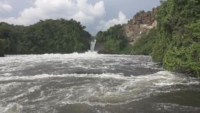 Murchison Falls dans le mouvement lent superbe et la couleur plate banque de vidéos