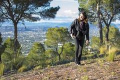 Murcia, España - 9 de abril de 2019: mujer joven alegre que camina y que toma imágenes con su reflejo imagenes de archivo