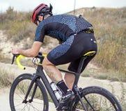 Murcia, Spagna, il 17 aprile 2019: Il giovane guida la bicicletta sulla pista ciclabile fotografia stock