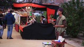 MURCIA, SPAIN-MARCH 5,2016: Il mago presenta i trucchi con le carte in un mercato medievale marzo 5,2016 a Murcia, Spagna video d archivio