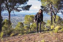 Murcia Spanien - April 9, 2019: gladlynt ung kvinna som fotvandrar och tar bilder med hennes reflex fotografering för bildbyråer