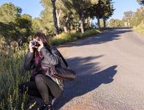Murcia Spanien - April 9, 2019: gladlynt ung kvinna som fotvandrar och tar bilder med hennes reflex arkivbild