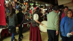 MURCIA, 5,2016 SPANJE-MAART: De musici spelen in een middeleeuwse markt op 5,2016 Maart in Murcia, Spanje stock videobeelden
