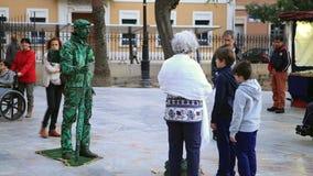 MURCIA, 5,2016 SPANJE-MAART: Het leven standbeeld in een middeleeuwse markt op 5,2016 Maart in Murcia, Spanje stock videobeelden