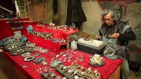 MURCIA, 5,2016 SPANJE-MAART: Mens die muntstuk in een middeleeuwse markt op 5,2016 Maart in Murcia, Spanje maken stock video
