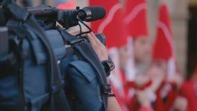 MURCIA, 23,2016 SPANJE-MAART: Videographer verwijdert Heilige Weekoptochten op 23,2016 Maart in Murcia, Spanje stock footage