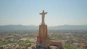 MURCIA, SPANJE - SEPTEMBER 24, 2018 Antenne van het standbeeld van Christus wordt geschoten die stock videobeelden