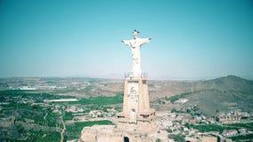 MURCIA, SPANJE - SEPTEMBER 24, 2018 Satellietbeeld van het standbeeld van Christus en Castillo DE Monteagudo stock video