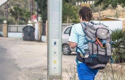 Murcie, Espagne, le 17 avril 2019 : Jeune homme utilisant le sac à dos énorme marchant le long de la rue Déplacement par l'int image libre de droits