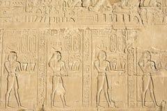 Mure cinzelando, o templo de Edfu, Egito imagens de stock