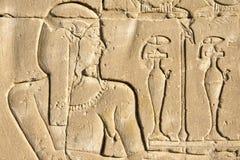 Mure cinzelando, o templo de Edfu, Egito imagem de stock