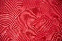 Mure a textura com as solhas circulares profundas da massa de vidraceiro, cobertas com a pintura vermelha imagem de stock royalty free